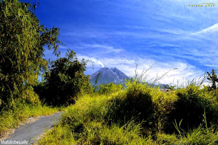 Puncak Merapi, Jogja, Indonesia  Jalan-jalan ke Merapi memang lebih tepat dimulai pagi hari, jika anda berasal dari luar kota disarankan menginap dulu di Jogja atau Kaliurang