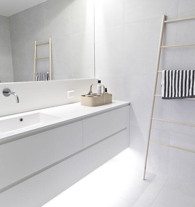 Strakke schitterende #badkamer, met grote #spiegel en #moderne #kraan.