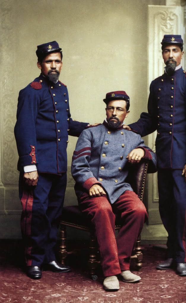 sargento de infanteria y dos soldados de artilleria