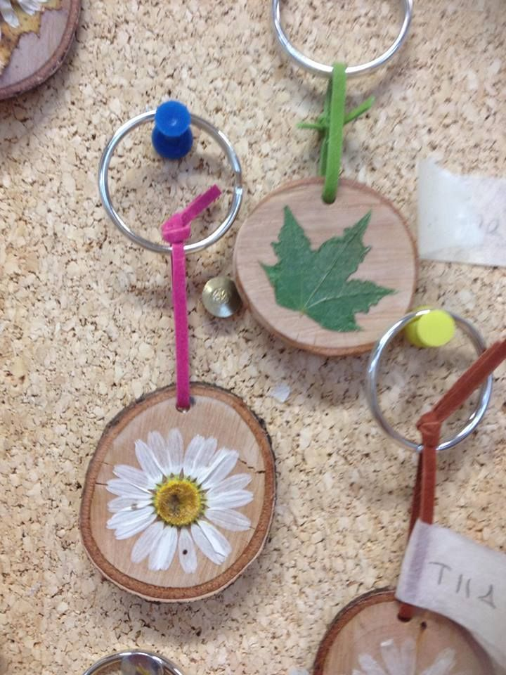 """5-6 luokka valmisti itselleen """"mitalit"""", jotka jaettiin Elämää metsässä -jakson päätteeksi. Lätkät sahattu koivusta, oppilaat keräsivät ja prässäsivät kasvit. Hiomisen jälkeen kasvit kiinnitettiin vedellä ohennetulla Erikeeperillä. - Alakoulun aarreaitta / Soila Korhonen"""