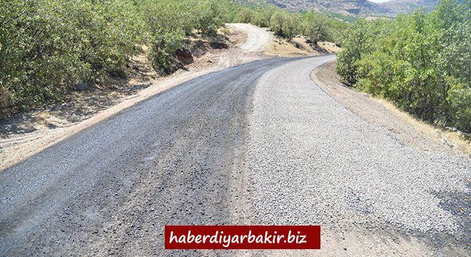 DİYARBAKIR- Kent genelinde asfalt, yol yapım, bakım ve onarım çalışmalarını sürdüren Diyarbakır Büyükşehir Belediyesi, 17 ilçenin kırsal m...