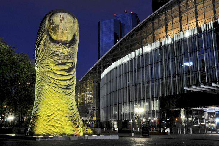 """Pouce ! by Nicolas Laverroux on 500px - Le """"Pouce"""" en Bronze de César sur la place Carpeaux de la Défense à Puteaux (Hauts-de-Seine), sculpté sur l'empreinte de son propre pouce, et mesurant 6m, sculpté en 1988 à l'ocassion des JO de Séoul."""