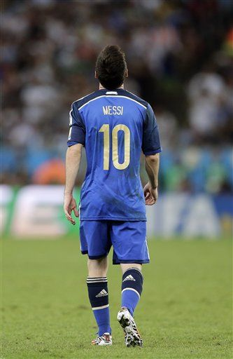 """Argentina's Lionel Messi looks up during the World Cup final soccer match between Germany and Argentina at the Maracana Stadium in Rio de Janeiro, Brazil, Sunday, July 13, 2014. Germany won the match 1-0 (AP Photo/Matthias Schrader) ▼13Jul2014AP