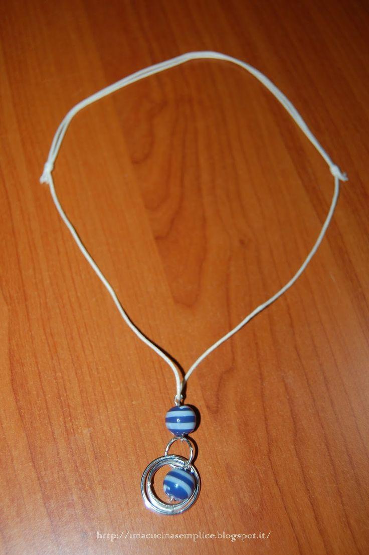 Tante piccole idee realizzate: Collana in filo cerato con perle di vetro e anelli. Chiusura con nodo scorsoio.