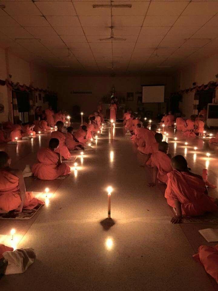 Unterweisung der Novizen in einem Tempel in Thailand.