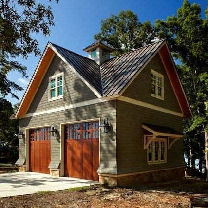 Cute garage with living quarters above it. #goldeneagleloghomes #customhomes #construction #timberframehomes #timberframe