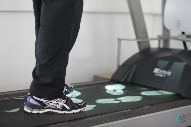 light projection of footprints onto the running belt with step length, width and foot rotation controlled from the software.