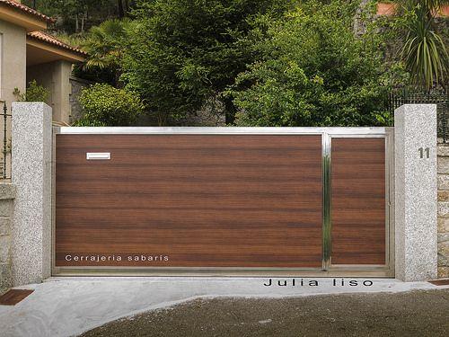 Puerta  construida en alumininio -madera y acero inoxidable