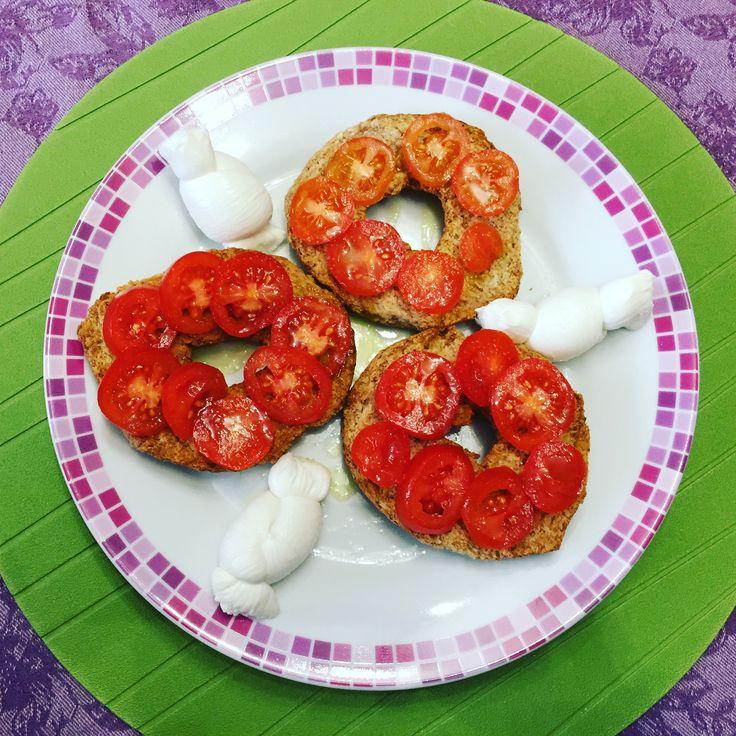 Buon appetito 😋 #bellezzaprecaria #pranzo #lunch #lunchtime #cibo #italianfood #food #foodporn #foodgram #foodlover #cucina #kitchen #italiankitchen #mozzarella #pomodoro #tomato #plate
