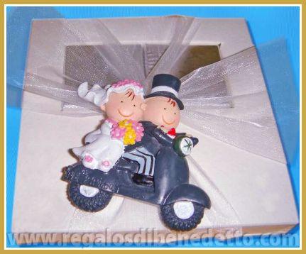 Caja de chocolatinas con una figura imán de novios en moto. #Detalles #Bodas #Wedding #Details
