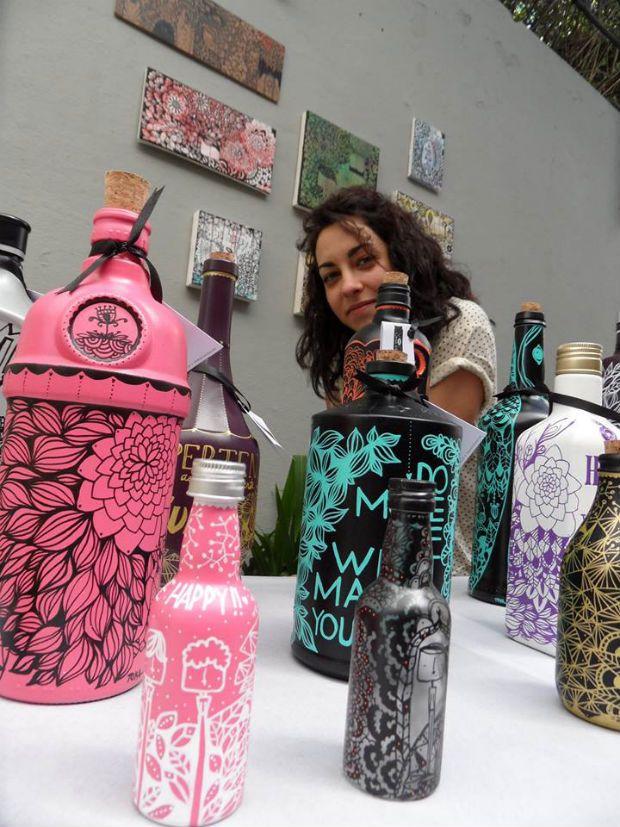 Conheça o TOKA studio onde a artista portuguesa Marta Carvalho cria sua arte com canetas posca, que acabam por enfeitar garrafas e outras peças de vidro.