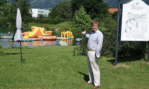 """Eröffnet wird die """"Flasch City"""" bereits in der kommenden Woche, wenn am 16. und 17.   Juli eine zweitägige Benefizveranstaltung samt Street-Food-Market und Frühschoppen zugunsten des Förderinstituts Vinco stattfindet.  (Danke an die Kleine Zeitung Mürztal und @MarcoMitterböck) Mehr Informationen: https://web.facebook.com/FlaschCity/  http://www.kleinezeitung.at/s/steiermark/muerztal/peak_muerztal/5043838/Freizeitzentrum_Eine-halbe-Million-fliesst-in-den-See"""