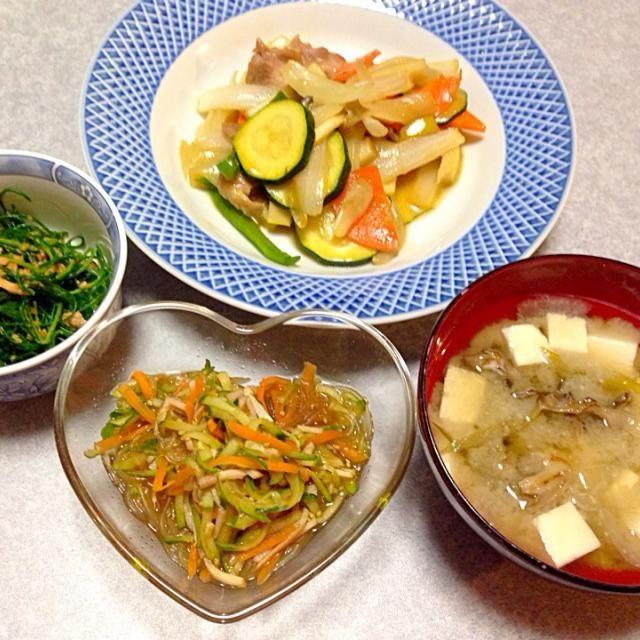 舞茸の味噌汁、 春雨の酢の物、 おかひじきの胡麻和え、 野菜と長州地鶏の炒め物 です。 - 13件のもぐもぐ - 野菜中心の晩ご飯 by Orie Ueki