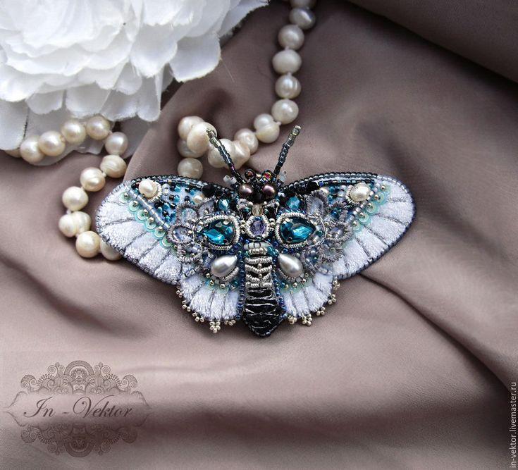 Купить или заказать Зимняя бабочка брошь в интернет-магазине на Ярмарке Мастеров. Нежный светлый мотылёк украшен вышивкой серебрянной нитью, итальянскими пайетками ,жемчугом и стразами. Эффектная брошка станет ярким акцентом в любом…