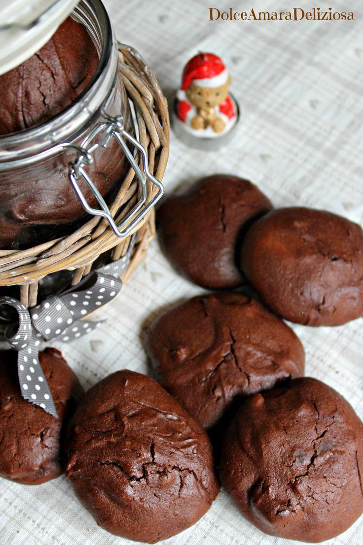 Che c'è di meglio dei biscotti al cioccolato, anzi al triplo cioccolato, da inzuppare in una bella tazza di latte?!