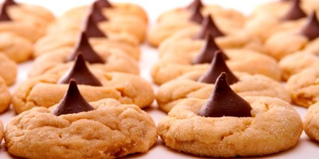 Ditch your usual chocolate chip cookie recipe and trade it in for this hershey kisses cookie recipe!