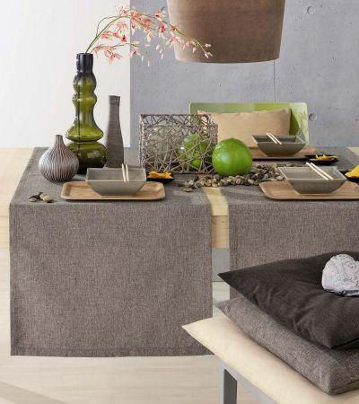 Schlichte und pflegeleichte Tischläufer z.B. von Pichler. Lässt sich schön mit einer schlichten Tischdecke kombinieren- Verfehlt aber auch solo nicht seine Wirkung.