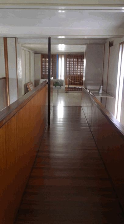 Il balcone in lucido teak, una delle soluzioni architettoniche previste da Carlo Scarpa per ampliare l'angusto spazio del negozio Olivetti e non solo il teak leggi qui bit.ly/olivettivenezia