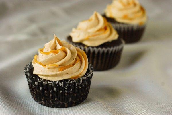 шоколадные капкейки с грушевым муссом и карамельным кремом