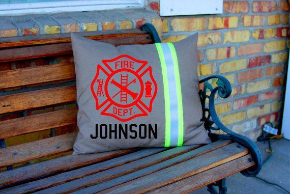 Tan Croix de Malte et nom oreiller pompier décoration thématique personnalisée