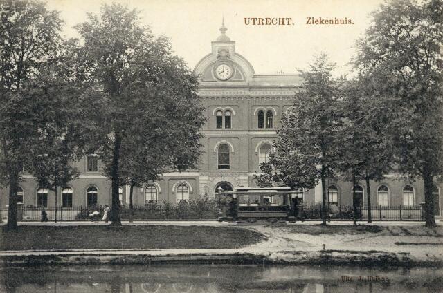 Gezicht op een gedeelte van de voorgevel van het Algemeen Ziekenhuis (Catharijnesingel 15) te Utrecht.  N.B. Het adres Catharijnesingel 15 is in 1921 gewijzigd in Catharijnesingel 101. 1905-1915
