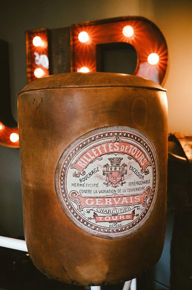 Antiker Leder-Pouf / Vintage leather stool. Dieses Unikat ist ein Highlight für jede Sofaecke. Der gut erhaltene, originale Vintage-Pouf aus hochwertigem braunem Leder trägt ein antikes aufgenähtes Gervais-Etikett aus Leinen. Das Leder ist teilweise verfärbt. AVAILABLE AT The Harrison Spirit, Morgartenstrasse 22, 8004 Zürich