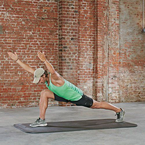 Variante: Sprinter Superman Arms Steigere deine Rumpfstabilität und die Kraft in Armen und Beinen. Statt den Oberkörper aufzurichten, neigst du ihn mit gestreckten Armen nach vorn, sodass dein Körper eine Linie bildet. Ziehe dich dabei in die volle Länge  (Psoas Exercises)