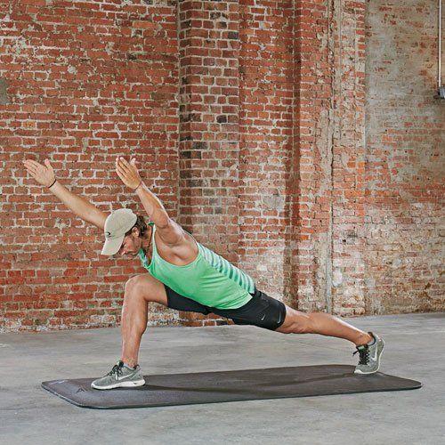 Variante: Sprinter Superman Arms Steigere deine Rumpfstabilität und die Kraft in Armen und Beinen. Statt den Oberkörper aufzurichten, neigst du ihn mit gestreckten Armen nach vorn, sodass dein Körper eine Linie bildet. Ziehe dich dabei in die volle Länge - von der Ferse bis zu den Fingerspitzen. Dein Blick ist zum Boden gerichtet, der Nacken bleibt jedoch lang. Ziehe die Schultern tief. <p><b>Welche Muskeln werden trainiert?</b> </p><p>Beide Übungen trainieren die Oberschenkelvorderseiten…