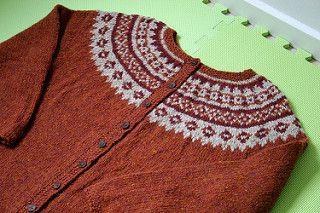 Védís Jónsdóttirs genser strikket som kofte og uten hette. Link til gratis oppskrift på engelsk.