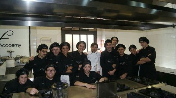 Lo Chef Maurizio Serva 2 stelle Michelin con gli studenti del corso Cuoco www.chefacademy.it @chefacademyitaly #chefacademy #cuoco #chef #cheflife