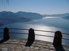 Il Sentiero del Sole è una breve e semplice passeggiata tra i boschi di Agra; un'escursione a Varese che termina con due punti panoramici sul Lago Maggiore.