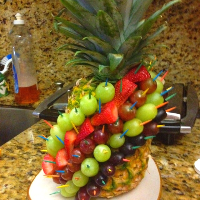 Pineapple fruit decoration baby shower hawaiian theme for Baby shower fruit decoration ideas