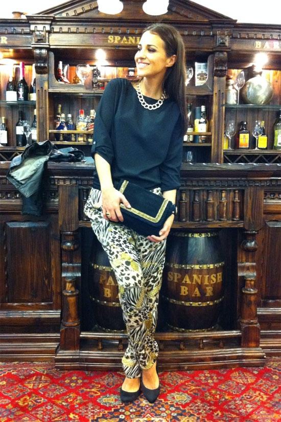 Paula Echevarría con pantalones y blusa de Blanco. Más detalles de su blog en http://paula-echevarria.blogs.elle.es/2012/03/27/negro-oro/