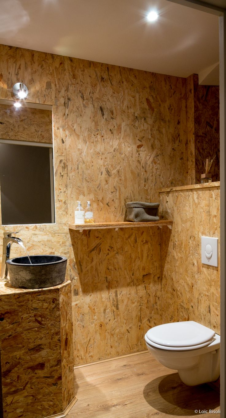 Restaurant Olive et Artichaut- L'espace toilette en OSB pour un caractère brut.
