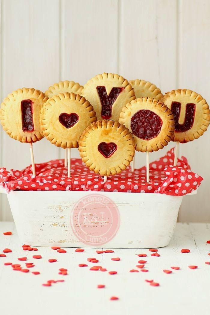 La ricetta delle gallette di San Valentino: il centrotavola per cene romantiche #biscotti #marmellata