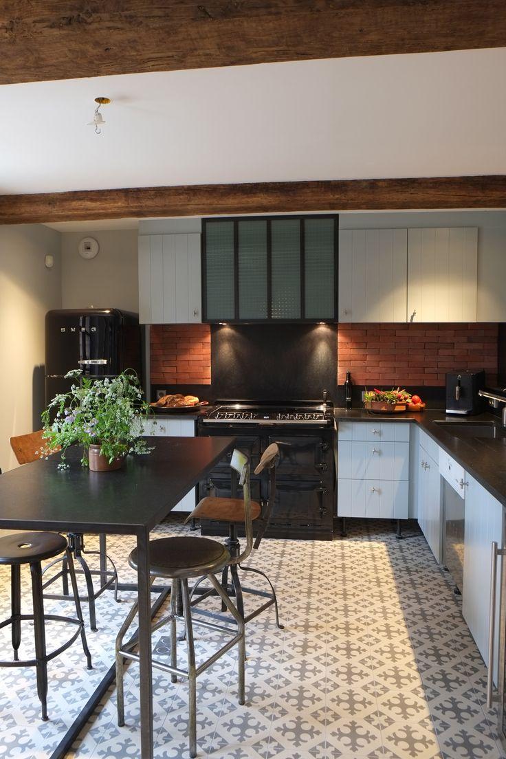 cuisine ouverte , brique, carreaux ciments,cuisinière AGA, frigo SMEG