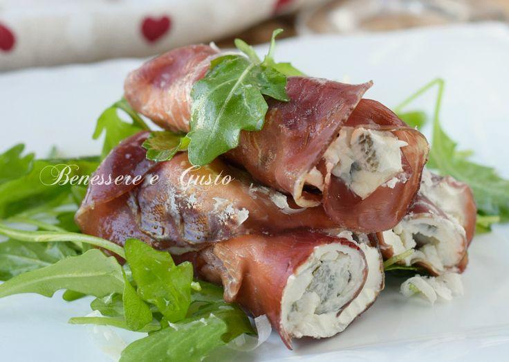 Involtini di bresaola con philadelphia e olive verdi. ricetta light gustosa, veloce, facile da preparare. Idea per stuzzichini finger food
