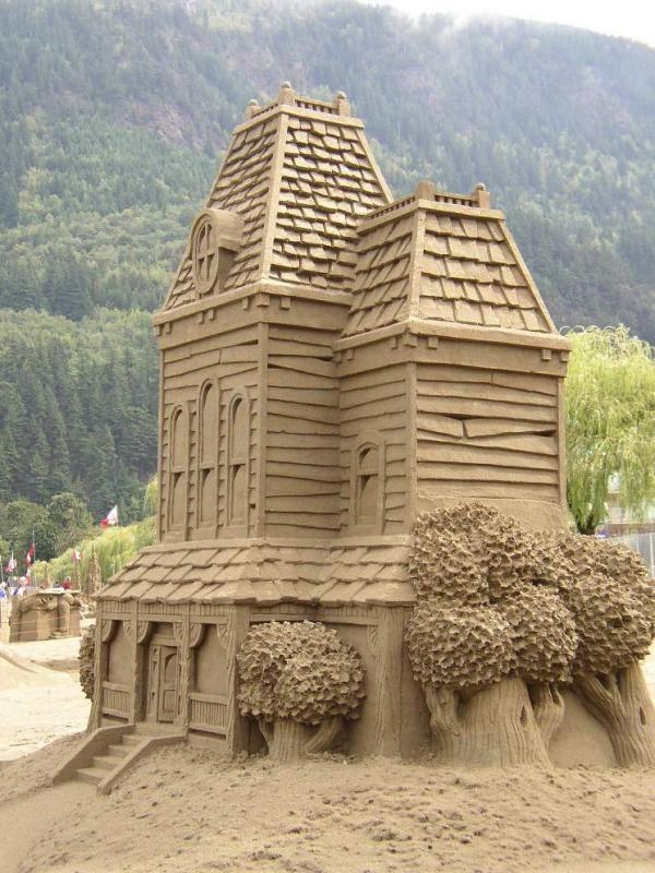 Sand sculpture of Psycho's Bates Motel