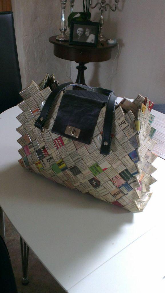 Flettet af avispapir. Se under www.genbrugblirguld.blogspot.com For at se hvordan man fletter bund og ringe