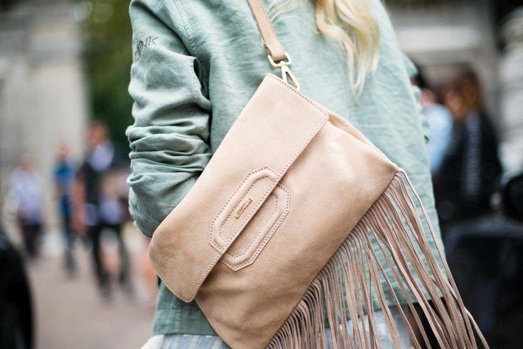 Buongiorno Milano! Los bolsos con flecos son otra de las tendencias más vistas en cuestión de accesorios. La estética cowboy se impone en tejidos como el ante.
