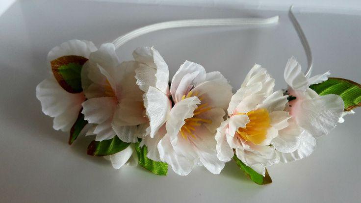"""Čelenka+""""Sakura""""+Něžná+čelenka+s+bílorůžovými+květinkami+a+jemnými+zelenkavými+lístky,+vhodná+na+každý+den+i+slavnost+velikou,+vytvořená+z+kovového+čelenkového+základu+v+bílém+""""kabátku""""+a+textilních+květů+a+listů+.+Velikost+:+univerzální+Velikost+aplikace+:+cca+17+x+5+cm"""