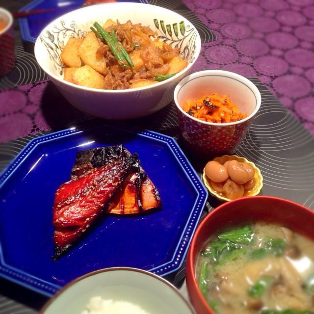 ごま風味肉じゃが☆ 鯖みりん干し☆ 人参と海苔のナムル☆ しめじと小松菜のお味噌汁 - 56件のもぐもぐ - ごま風味肉じゃがの献立 by RIESMO