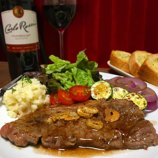 本日の夜ごはん🍽 . ガーリックステーキ😆❤️ . 今日はお肉をがっつり食べたい気分 だったので、スーパーで安い オーストラリア産のステーキ肉を 買ってきました〜😋✨ . ソースはグレイビーソースを作成😊💕 美味しかったあ〜✌︎💛 . ワインは500円ぐらいの安物😋🍷 充分しあわせです。😊❤️ . #夜ごはん#夕食#おうちごはん#ディナー#ステーキ#牛肉#にんにく#ニンニク#ガーリック#肉#グレイビーソース#ガーリックトースト#マッシュポテト#赤ワイン#dinner#homecooking #cookingram#instacook#foodporn #foodstagram #foodie #garlic #beef #steak #wine#yum#料理好きな人と繋がりたい