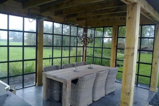 Poolhouse met Belgisch hardstenen vloer. Stalen wanden met glas en eikenhouten staanders.Voor meer informatie kijk op www.renehoutman.nl