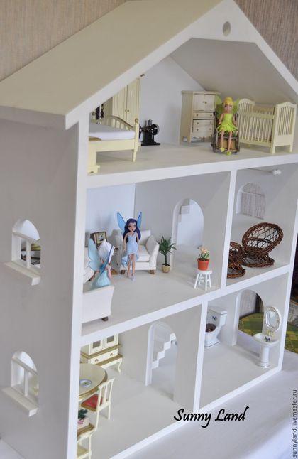 Купить или заказать Кукольный домик №1 в интернет-магазине на Ярмарке Мастеров. Кукольный домик сделан из массива дерева. Окрашен акриловыми красками. В стоимость домика входит: 2 лестницы, 3 окна с кашпо для цветов на каждом с внешней стороны, дверные проемы в каждую комнату, 3 карниза для шторок. Мебель в стоимость не входит!!! Мебель можно заказать отдельно!!! Размеры: Высота: 78 см Ширина: 64 см Глубина: 30 см Высота между этажами: 23 см Мебель высотой около 18 см…