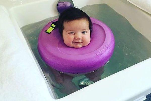 Você já ouviu falar sobre a Bubby? Recentemente, vídeos de bebês usando essa boia de pescoço se espalharam pela internet, e confesso que fiquei muito curio