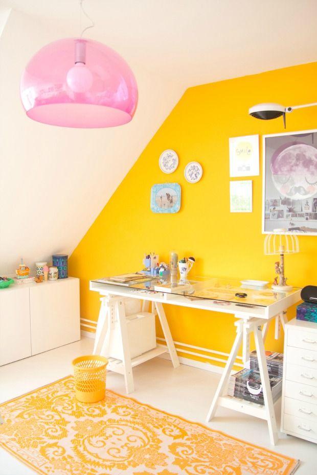 Binnenkijken in het huis van Marlous van Planet Fur. Met een eclectische inrichting, een combinatie van nieuw en oud en fel geel.