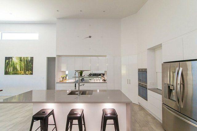 une cuisine spacieuse et blanche aux accents métalliques