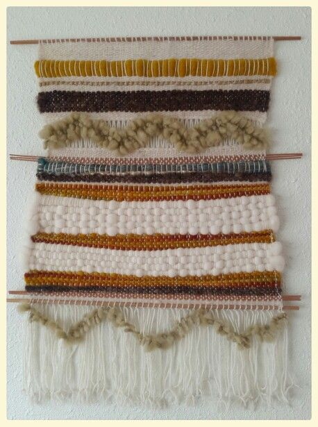 Telar tapiz de muro, ornamental confeccionado con lana natural 100%, varillas de bambú, madera raulí nativa y detalle en seda celulosa. Hecho a mano, original de Atavikal.