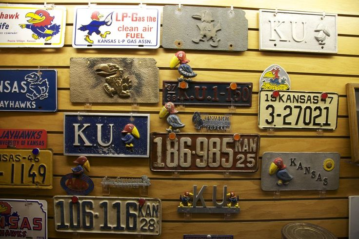 Los Jayhawks de Kansas , comúnmente conocida como Ku, son los equipos del departamento de deportes de la Universidad de Kansas. La palabra jayhawk es una mezcla entre dos aves, el arrendajo azul (blue jay) y el halcón (hawk). El nombre tiene su origen justo antes de la Guerra Civil, donde un grupo de abolicionistas eran conocidos como los Jayhawkers.